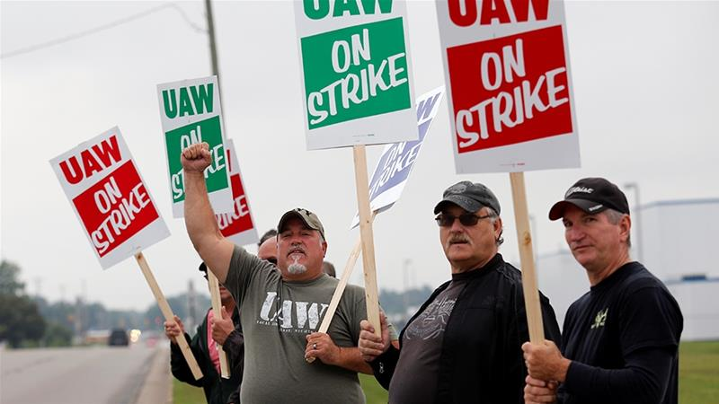 UAW+workers+on+the+picket+line.